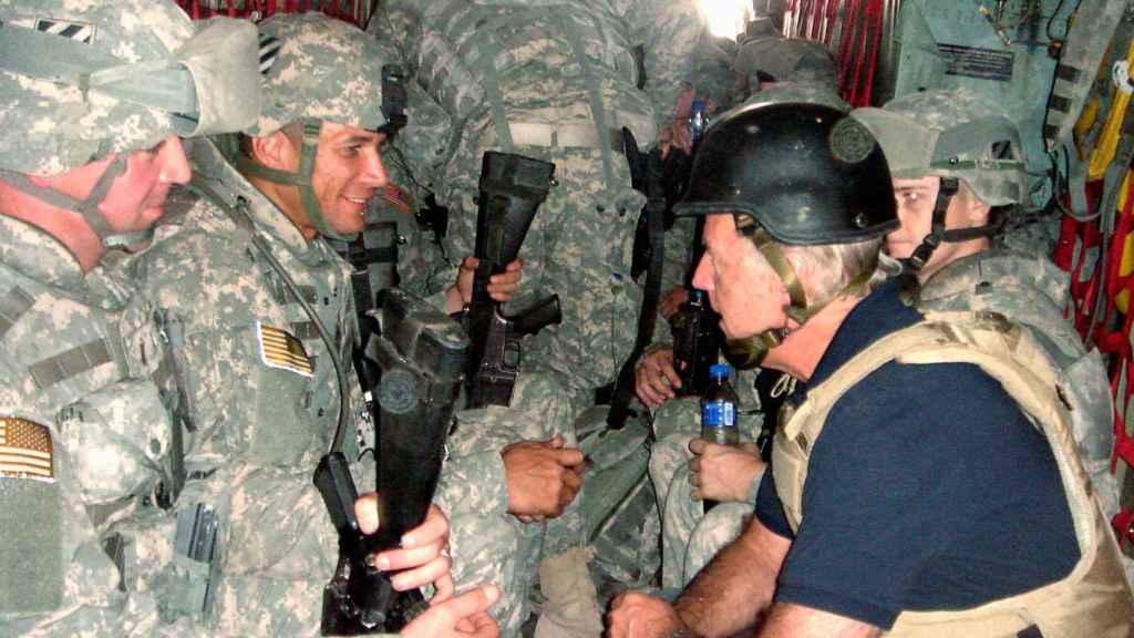 Joe Biden con soldados en un vehículo dirección Irak en 2007.