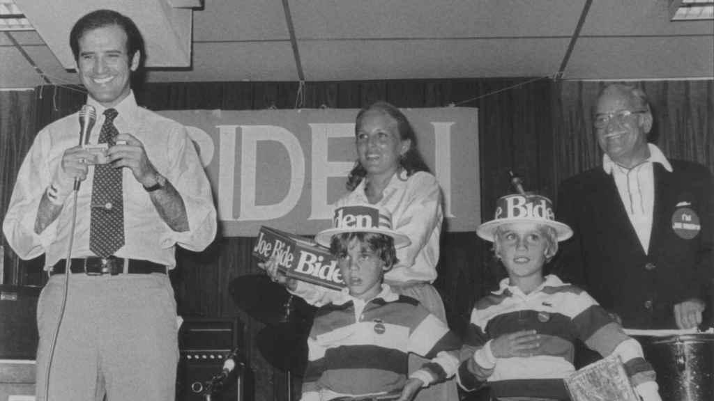Joe y Jill Biden junto al Joe Biden Sr. y a los hijos del político durante un acto de campaña en 1988.