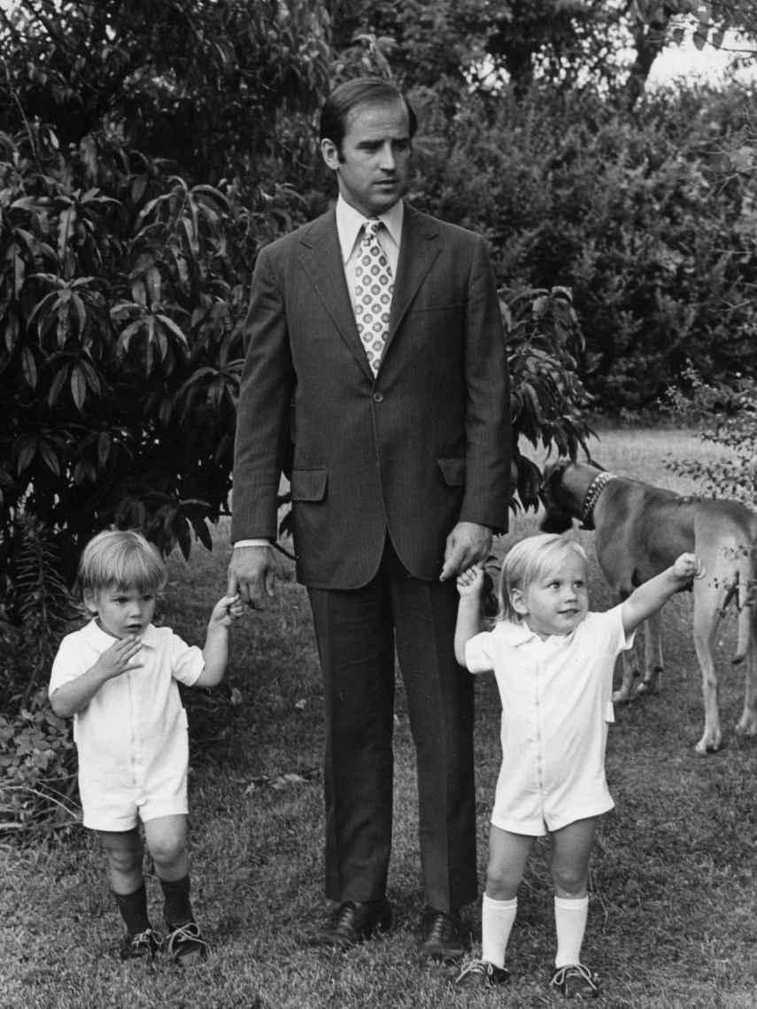 Joe Biden junto a sus hijos, Hunter y Beau, en 1972.