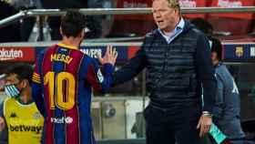 Koeman y Messi se saludan tras vencer al Betis
