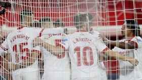 Los jugadores del Sevilla celebran el gol ante Osasuna