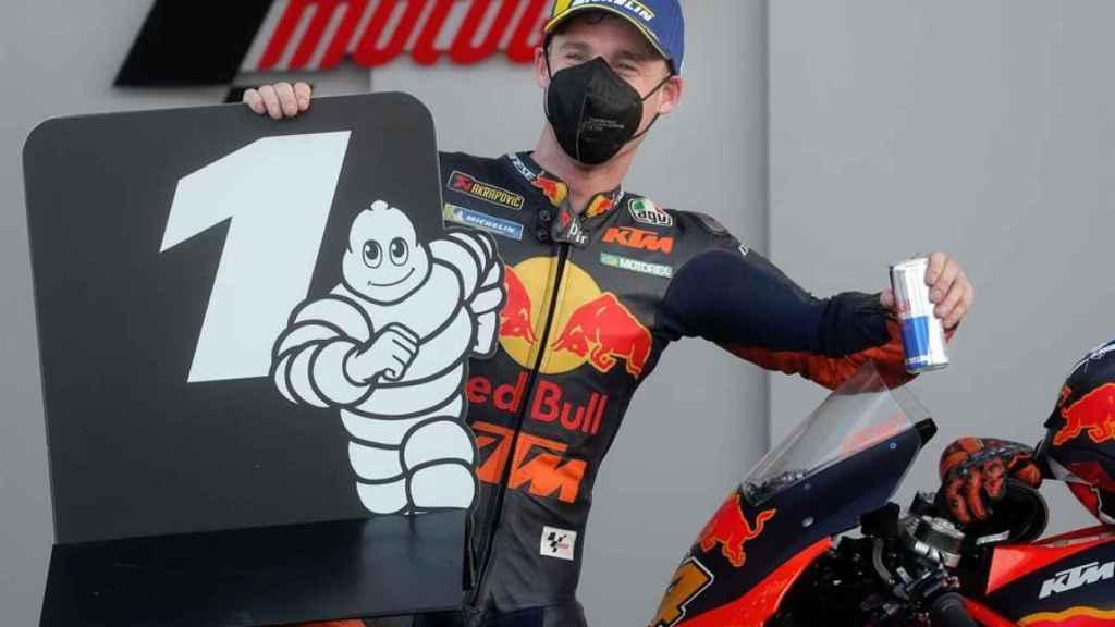 Pol Espargaró celebra su primera posición en la parrilla de salida del Gran Premio de Europa.