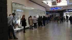 FOTO. Colas en el centro comercial Luz del Tajo, este sábado.