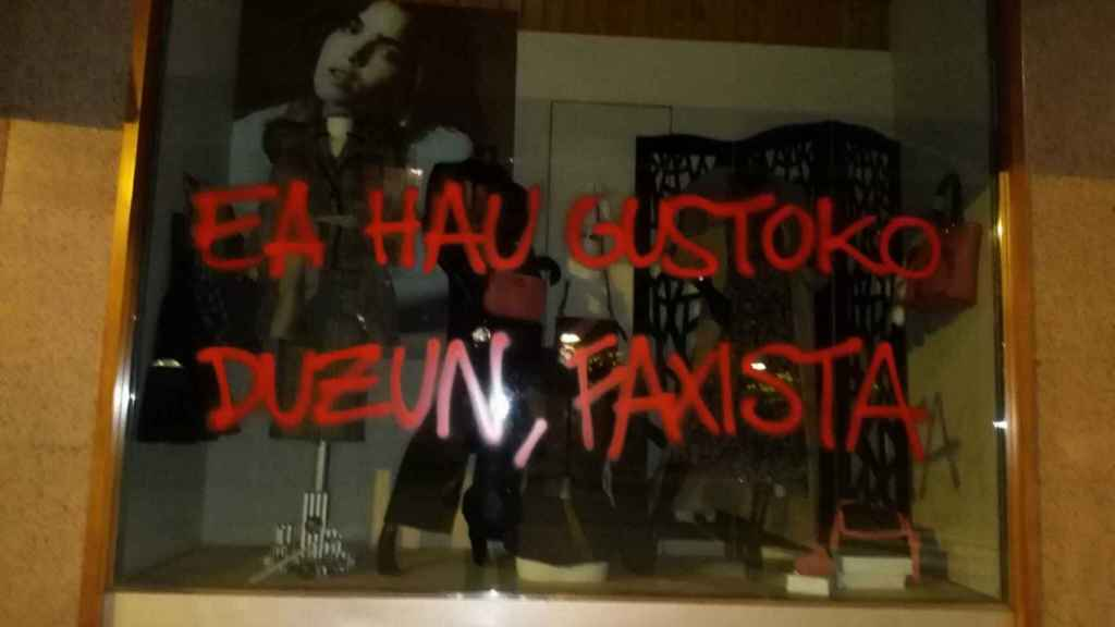 A ver si te gusta esto, fascista, pintado en el escaparate de Moda Abascal.