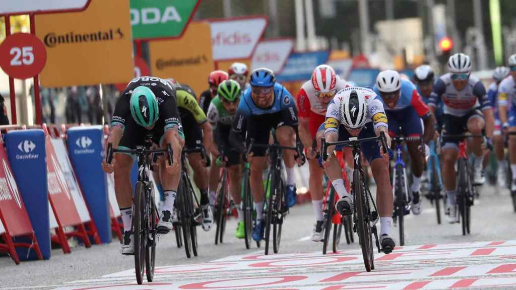 Ackermann vence a Sam Bennett en el sprint de Madrid
