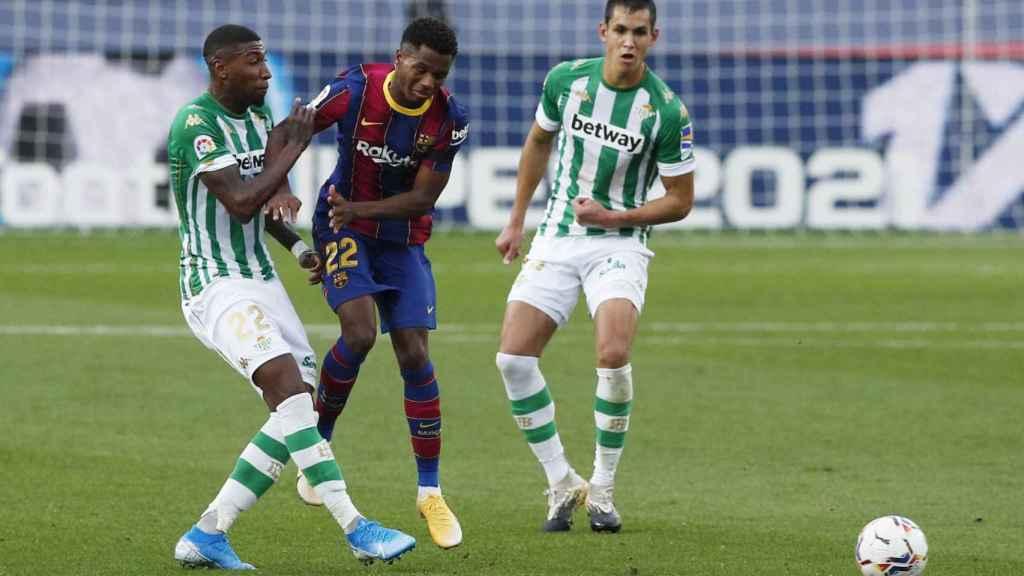 Ansu Fati y Emerson, durante el FC Barcelona - Real Betis de La Liga