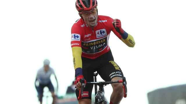 Primoz Roglic celebra su triunfo en la general de La Vuelta a España 2020 tras pasar el Alto de La Covatilla