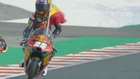 Raúl Fernández celebra su primer triunfo en Moto3