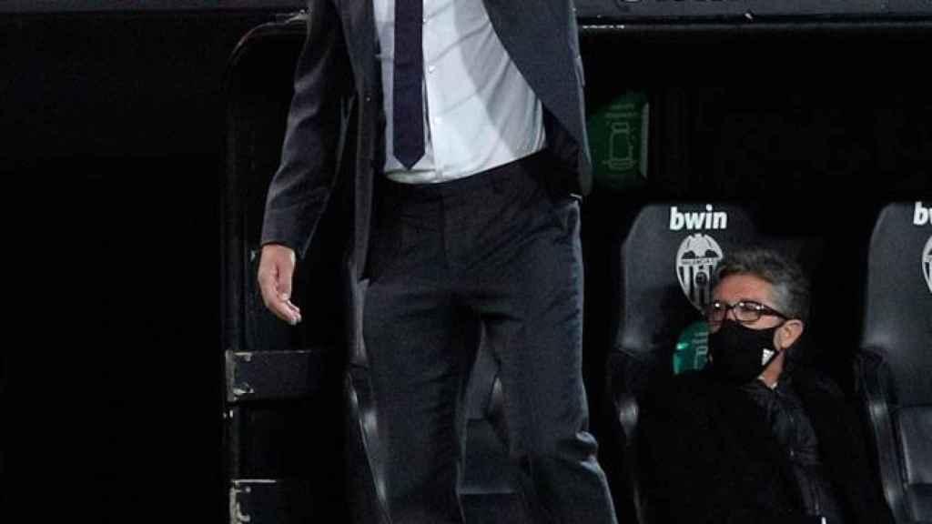 Zinedine Zidane da órdenes a sus jugadores en la banda de Mestalla