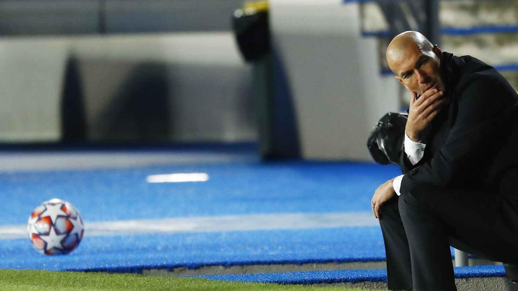 Zinedine Zidane y un balón de la Champions League en el banquillo del Alfredo Di Stéfano