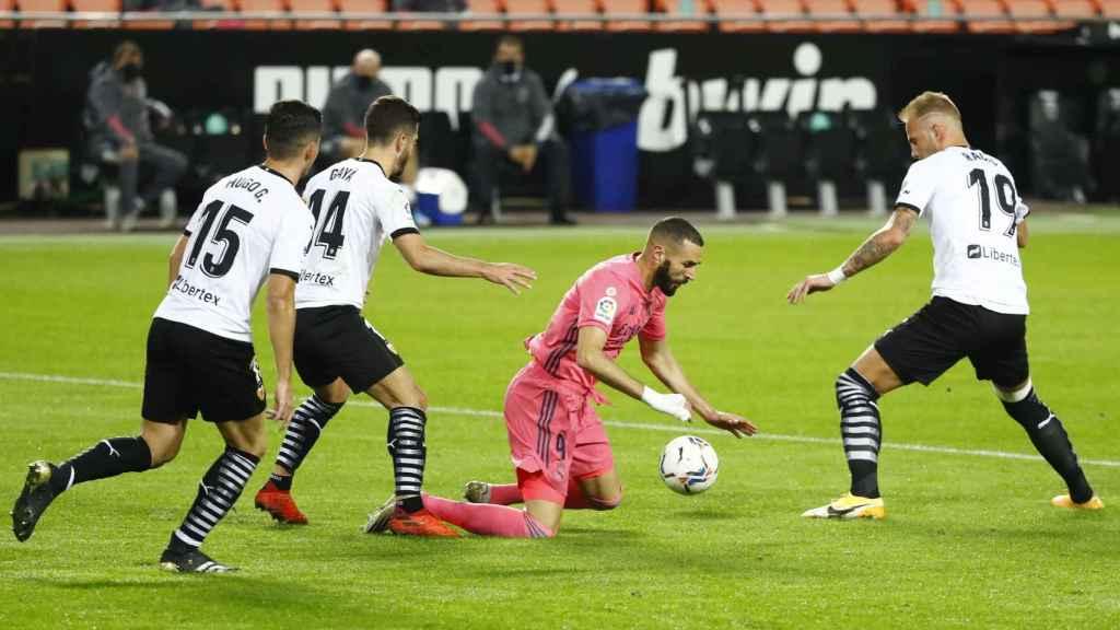Karim Benzema cae en el área del Valencia