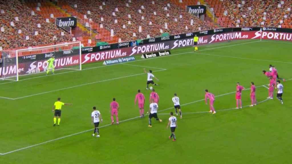 Lucas Vázquez y Yunus Musah entran en el área antes del lanzamiento del penalti