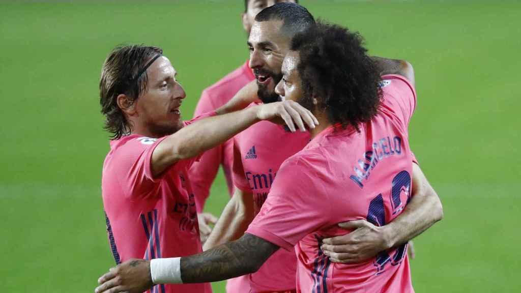 Los jugadores del Real Madrid felicitan a Karim Benzema por su gol al Valencia