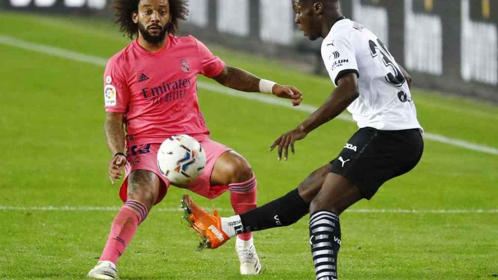 Yunus Musah presionado por Marcelo