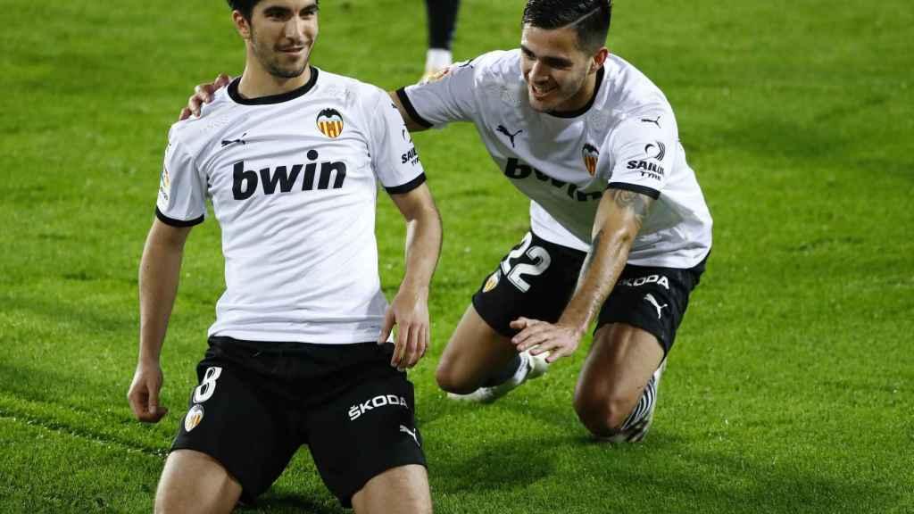 Carlos Soler celebra uno de sus goles al Real Madrid desde el punto de penalti
