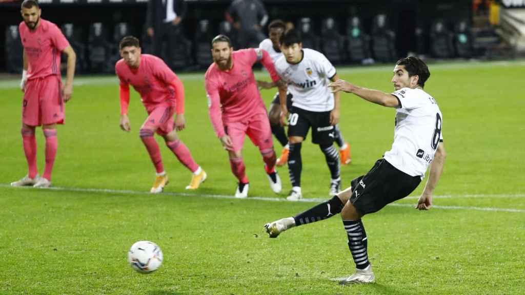 Carlos Soler marca desde el punto de penalti