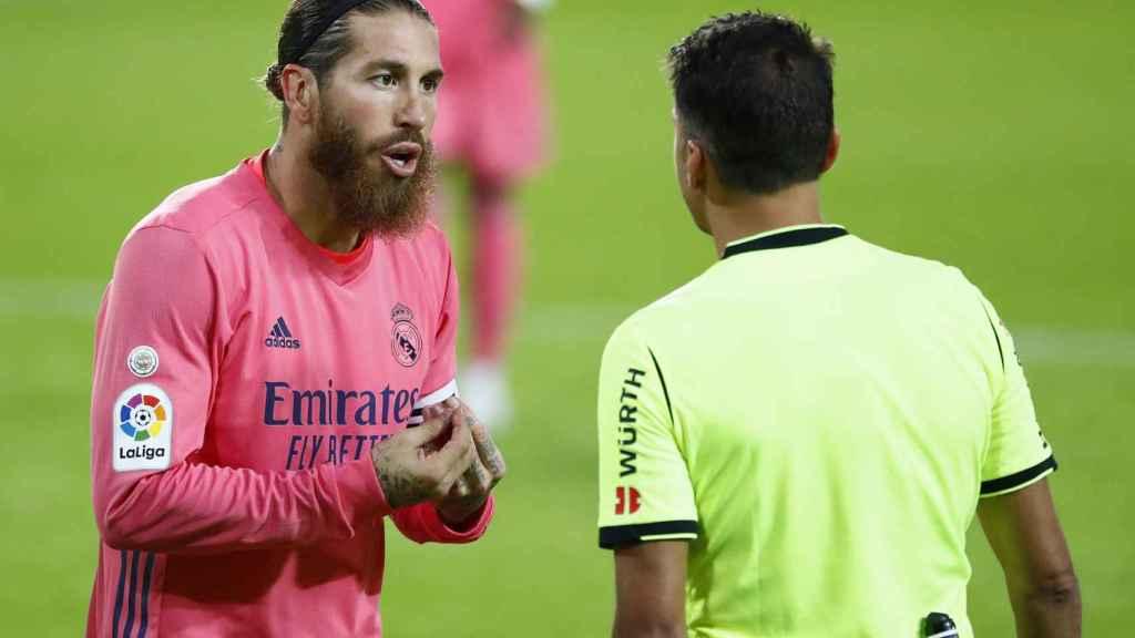 Sergio Ramos protesta a Jesus Gil Manzano una decisión arbitral