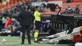Jesus Gil Manzano consulta el VAR en el Valencia - Real Madrid