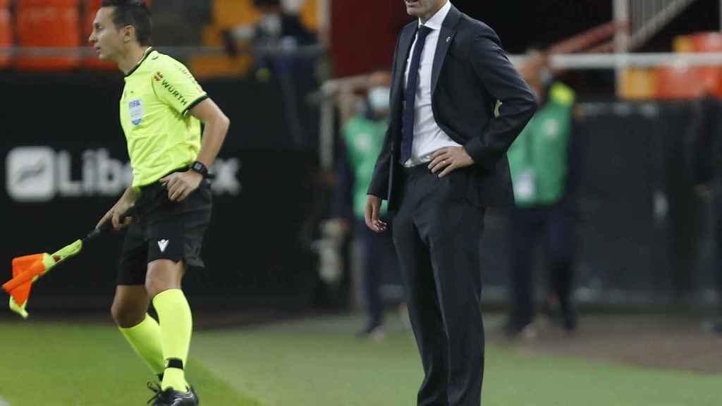 Zinedine Zidane sigue el Valencia - Real Madrid desde la banda de Mestalla