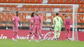 Los jugadores del Real Madrid se lamentan tras un gol del Valencia