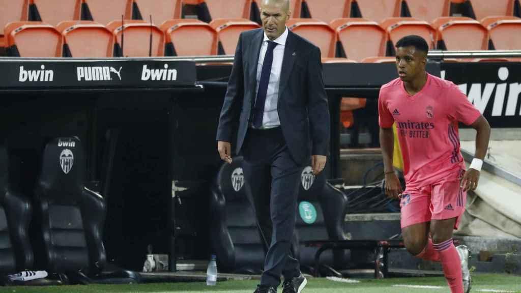 Rodrygo corre junto a la banda en la que sigue el partido Zinedine Zidane