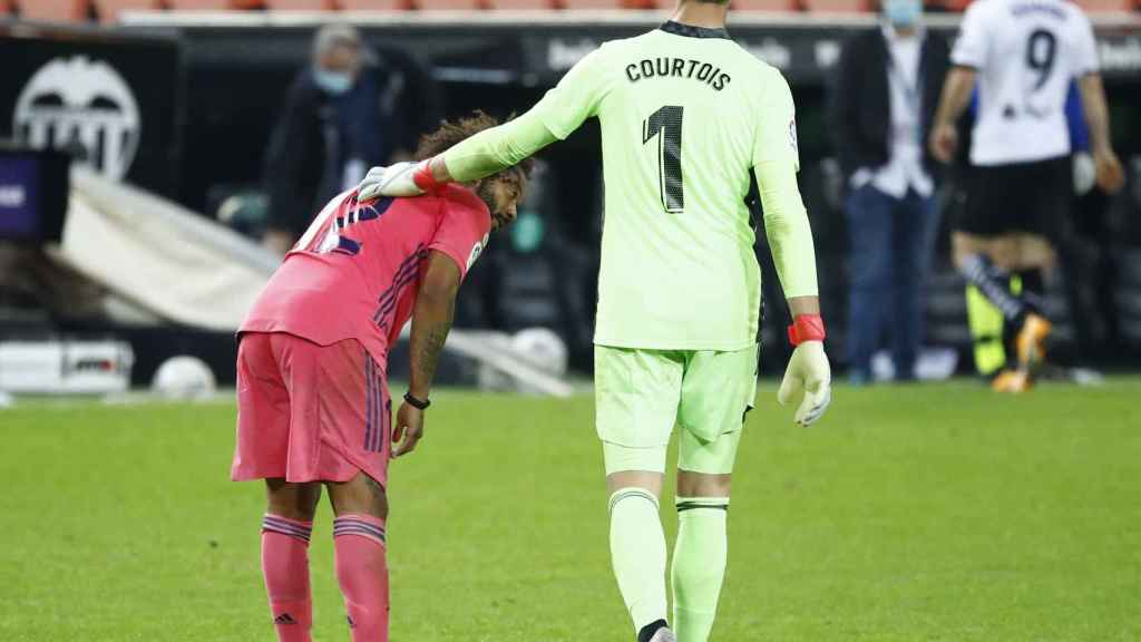 Courtois consuela a Marcelo tras la derrota ante el Valencia