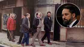 Manolo y Santiago (abuelo y padre de Santiago Abascal) caminan junto a Carlos Iturgaiz, frente al negocio familiar vandalizado.