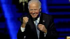 Joe Biden, presidente electo de Estados Unidos, con gesto triunfador tras comparecer en el escenario del Chase Center de Wilmington (Delaware) .