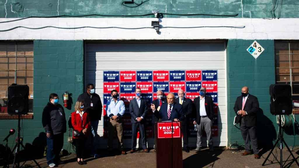 Rudy Giuliani durante la rueda de prensa que ofreció en el Four Seasons Total Landscaping.