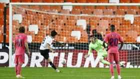 Carlos Soler, chutando uno de los penaltis frente al Real Madrid con el Valencia