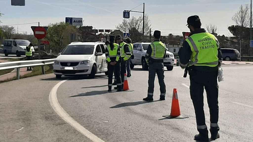 Agentes de la Guardia Civil haciendo un control de seguridad vial.