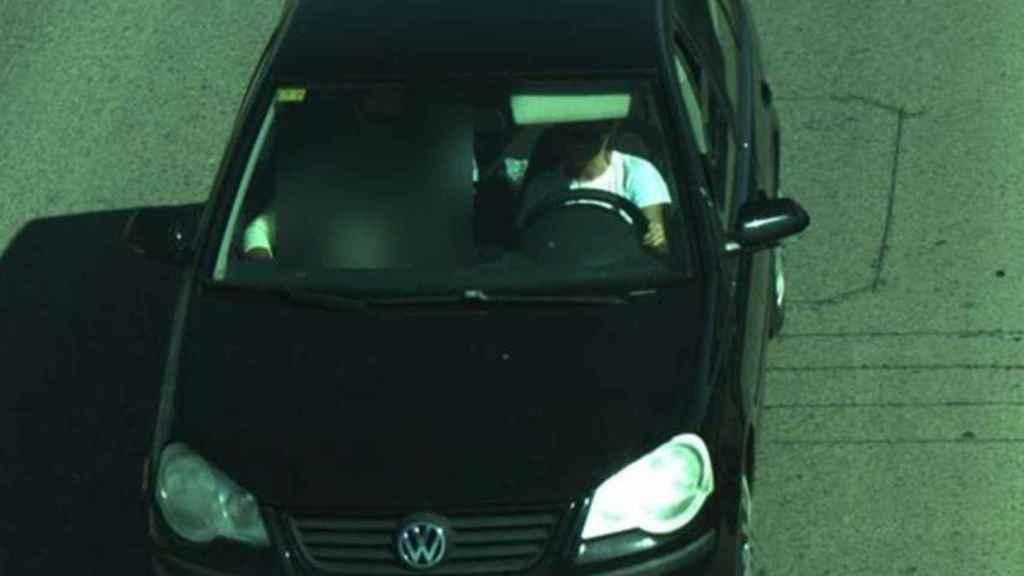 Otra fotografía de la DGT en la que se ve un uso indebido uso del cinturón de seguridad.