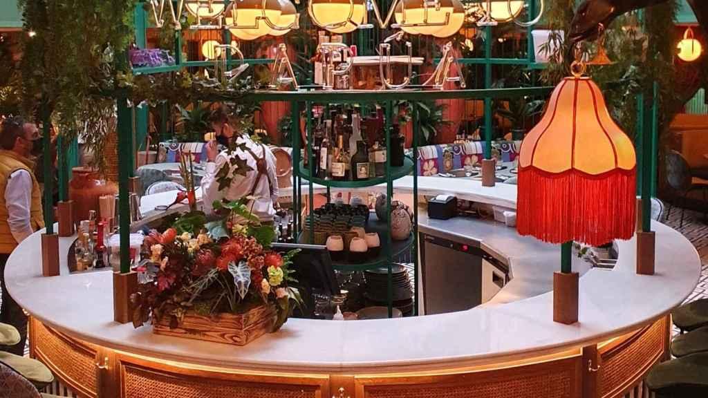 La barra de cócteles en la entrada de Papúa Colón