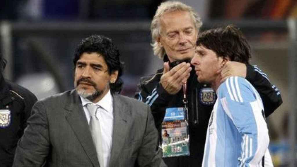 Maradona junto a Messi y Signorini, en un partido de la selección de Argentina