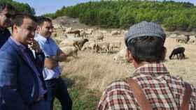 El consejero de Agricultura de Castilla-La Mancha, Francisco Martínez Arroyo, en una imagen de archivo junto a ganaderos de la región