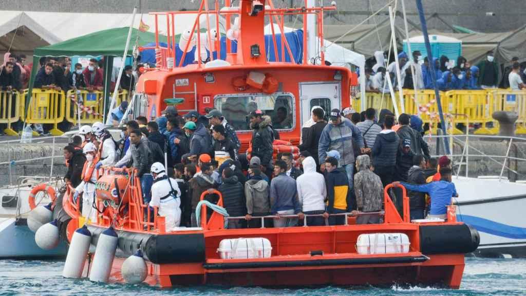 El buque de Salvamento Marítimo Salvamar Menkalinan arriba al muelle de Arguinegín (Gran Canaria).