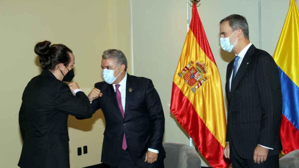 Pablo Iglesias saluda al presidente de Colombia, Iván Duque, junto a Felipe VI en La Paz, Bolivia.