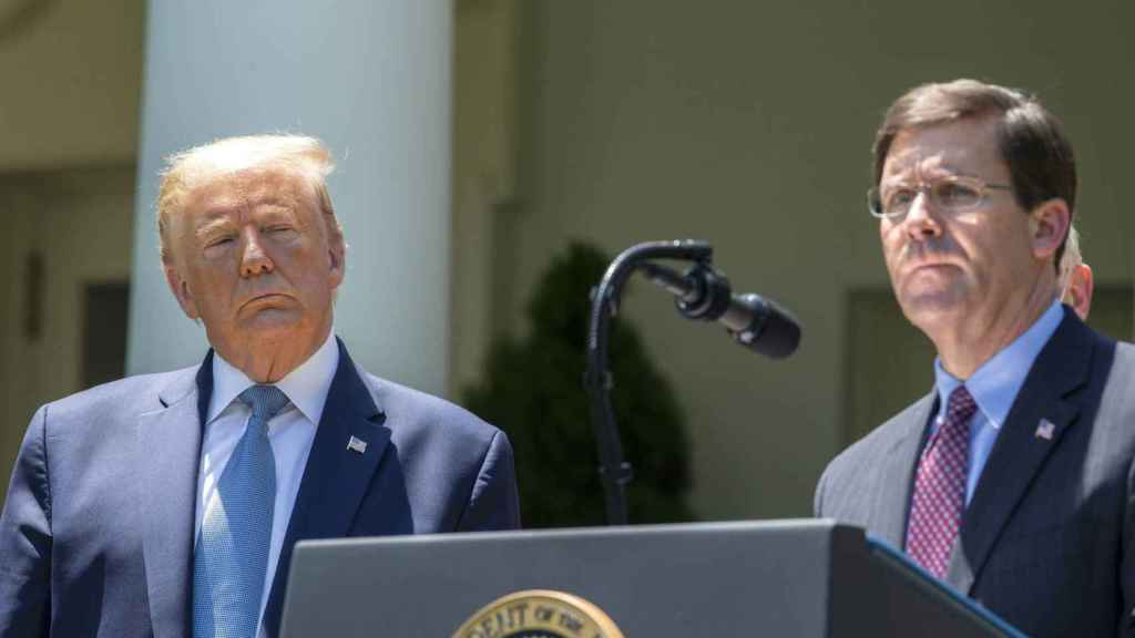 El presidente de los Estados Unidos, Donald Trump, y el secretario de Defensa, Mark Esper.