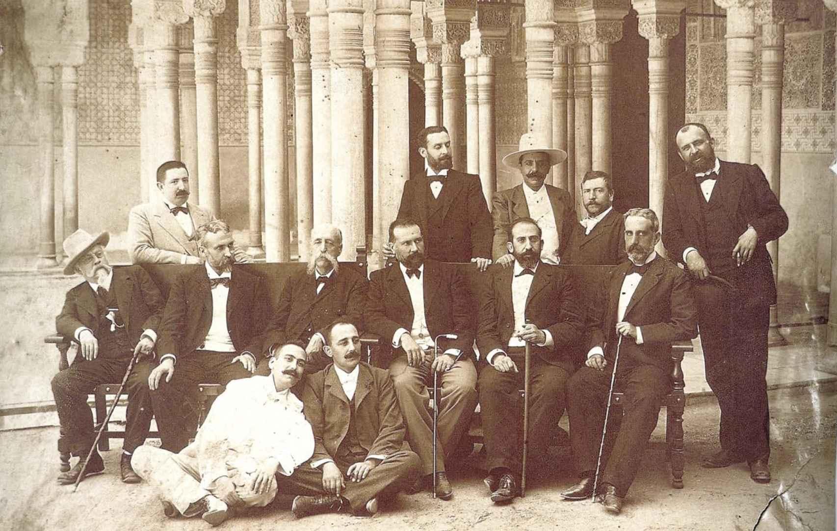 Junta del Liceo Artístico y Literario de Granada en la Alhambra (1900).