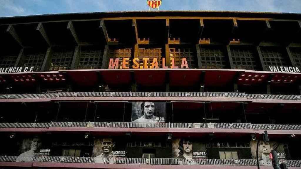 La lona que desplegó el Valencia en Mestalla durante el partido frente al Real Madrid en honor a Juan Cruz Sol. Foto: Twitter (@ValenciaCF)