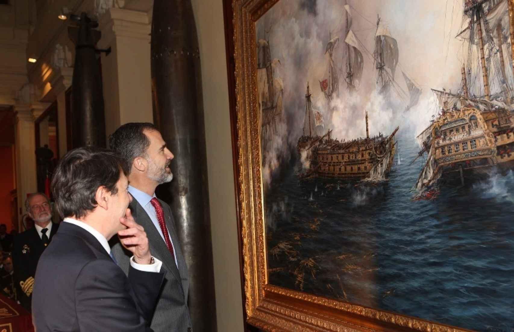 felipe VI y Ferrer-Dalmau contemplando el cuadro 'El último combate del Glorioso'.