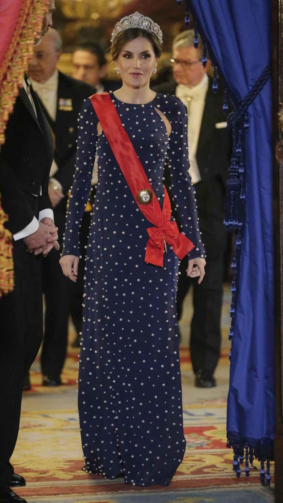 La reina Letizia eligió este original vestido creado por Ana Locking  en 2018 con motivo de una recepción con el presidente de Portugal.