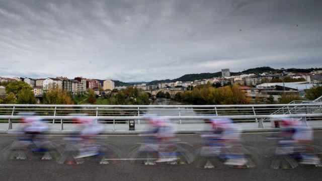 Los ciclistas de La Vuelta a España 2020 pasando por un punto de la península