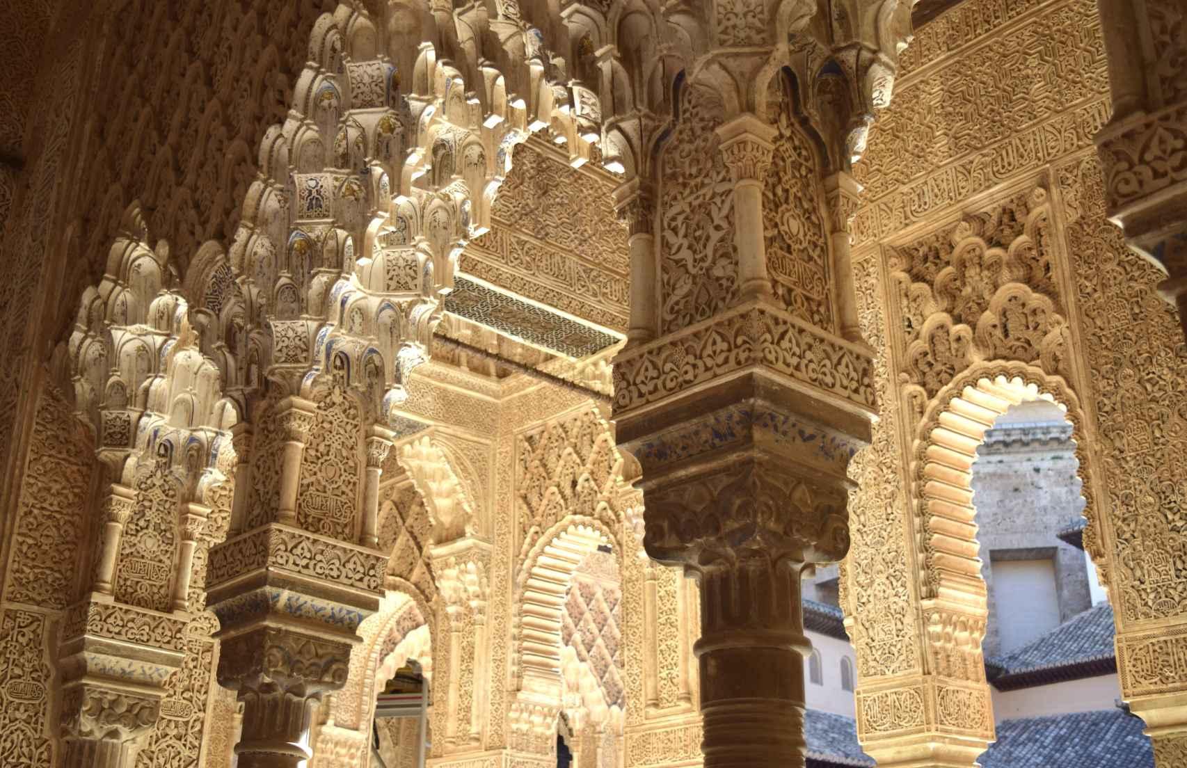 Yesería del interior de la Alhambra de Granada.