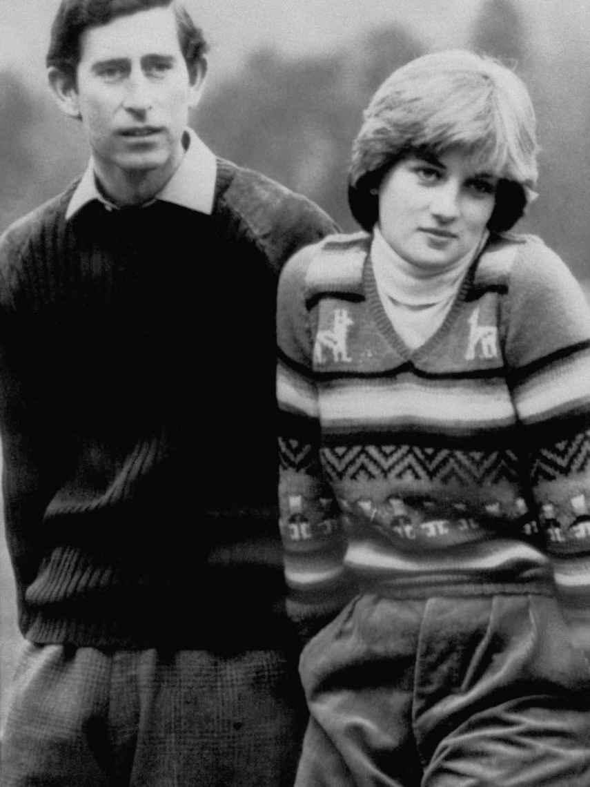 El príncipe Carlos de Inglaterra junto a su prometida, Diana Spencer, en Balmoral en 1981.