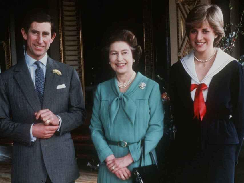 El príncipe Carlos, la reina Isabel II y Lady Di en marzo de 1981, justo después que la soberana diera el consentimiento para la boda.