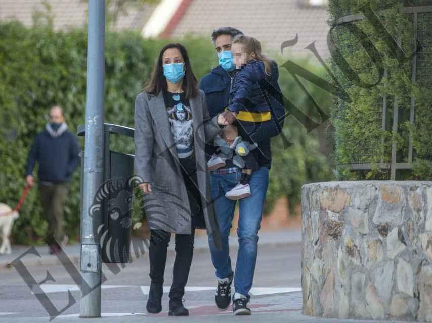 Roberto Leal y su mujer, Sara Rubio, acompañando a su hija al colegio.