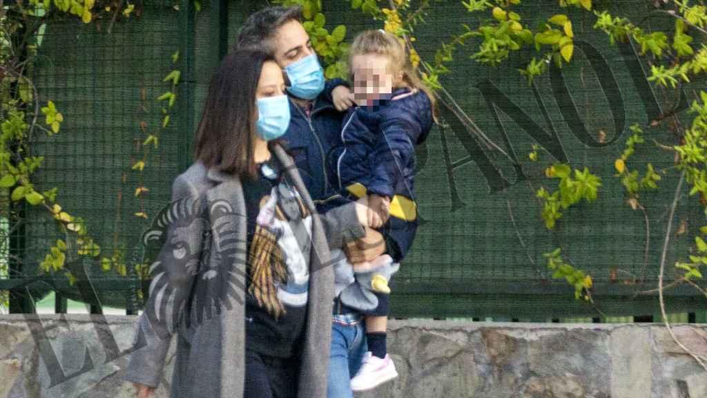 Roberto Leal, junto a su familia, en las inmediaciones de su nuevo chalet.