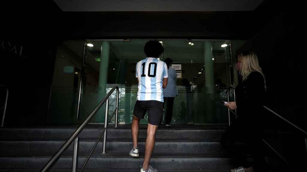 Un hincha de Maradona a las puertas de la clínica