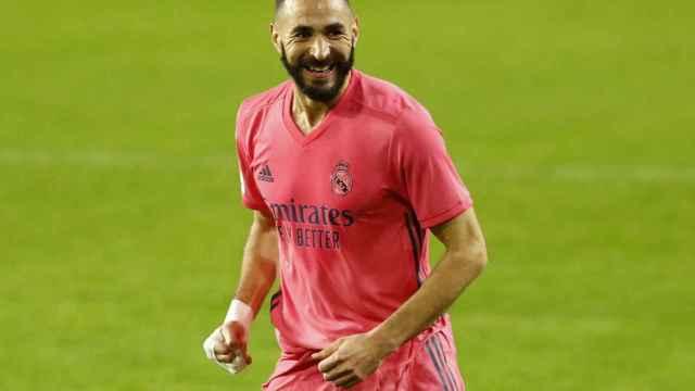 Karim Benzema celebra un gol con el Real Madrid con la camiseta rosa